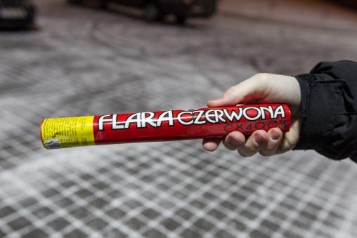 Poolakeelse teksti kohal on suur jalgpalli kujutis, mis annab tunnistust sellest, et vähemalt need pulgad ilmselt merehädalistele mõeldud pole. Foto: Hendrik Osula